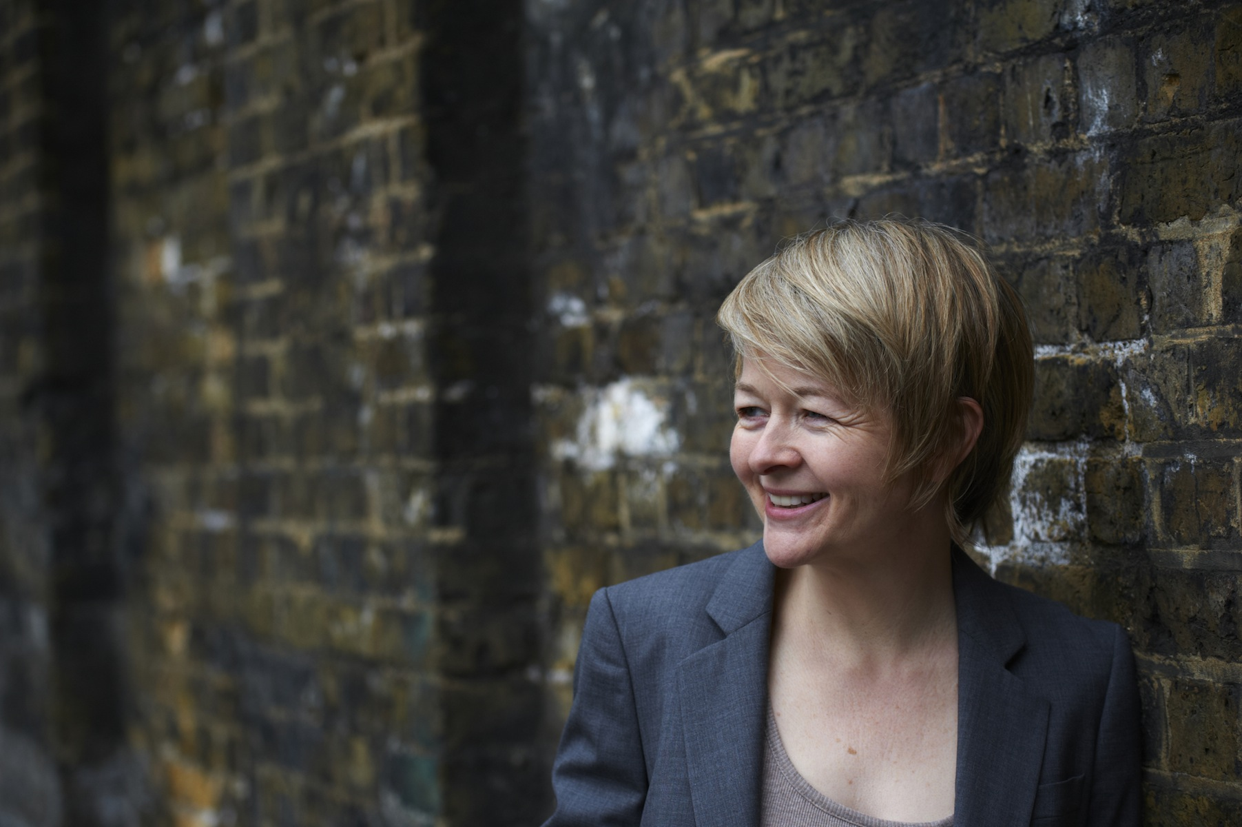 Sarah Waters, photographed by Charlie Hopkinson, © 2014. Licenced use only.